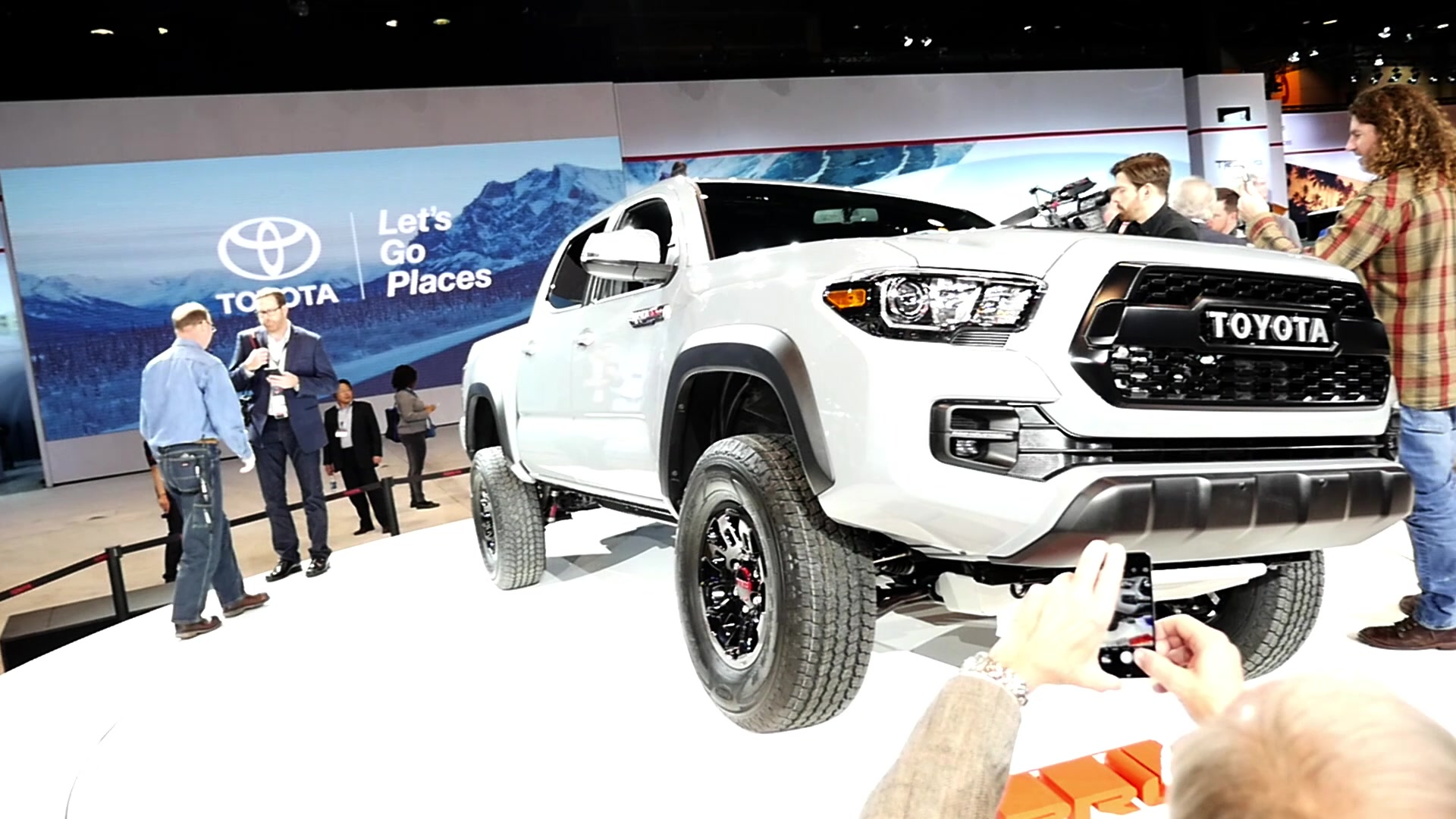 2017 Toyota Tacoma TRD | 2016 Chicago Autoshow | Beauty-Roll