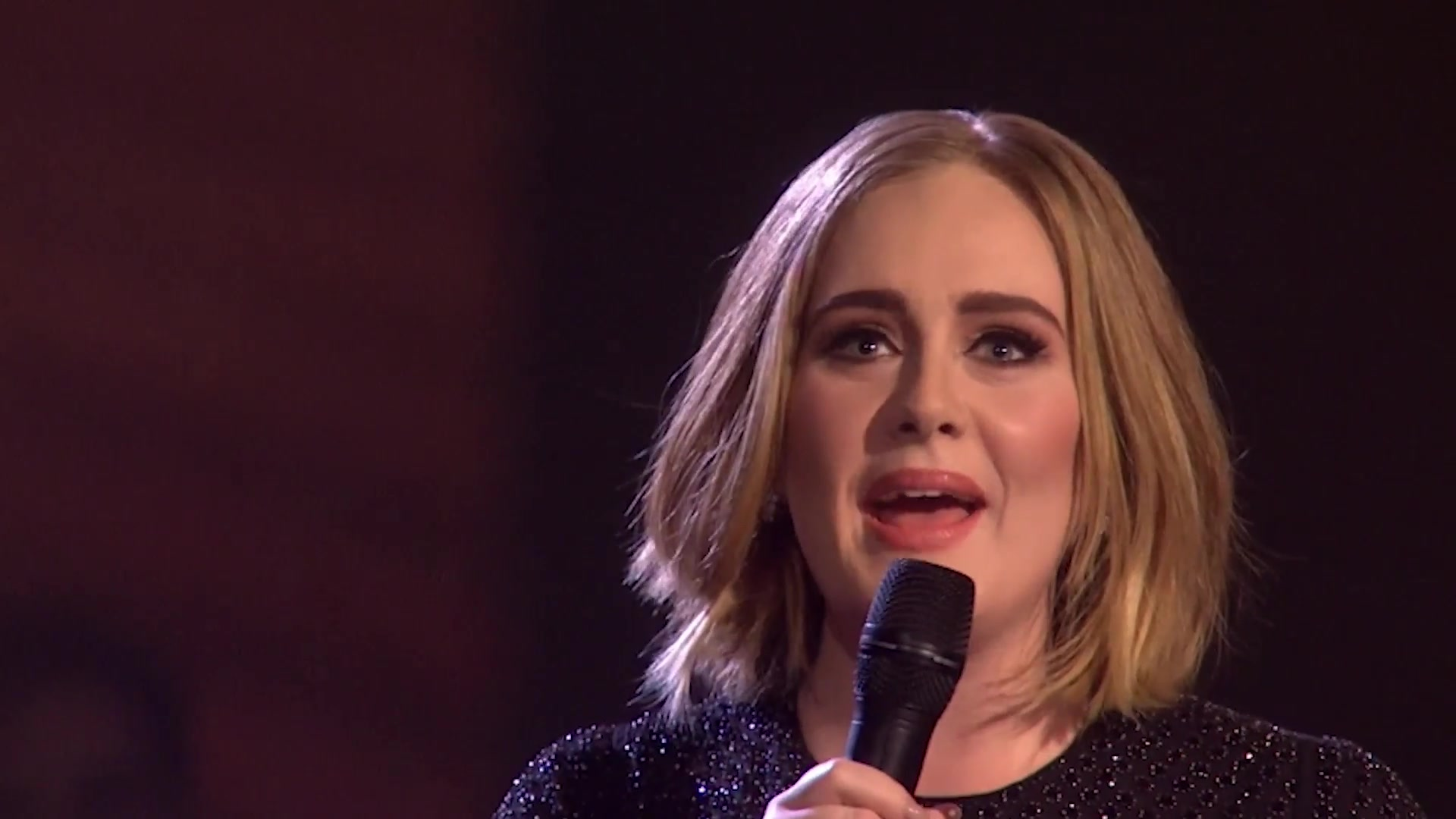 Adele Shows Off TWERKING Skills On Stage & Upgrades Fans' Seats