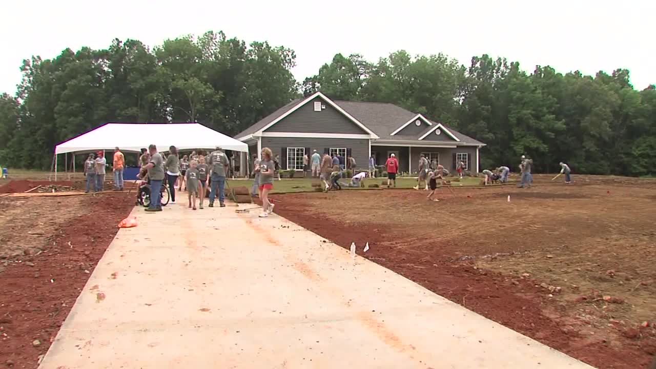 Volunteers Help Build Home for Veteran Who Lost His Legs