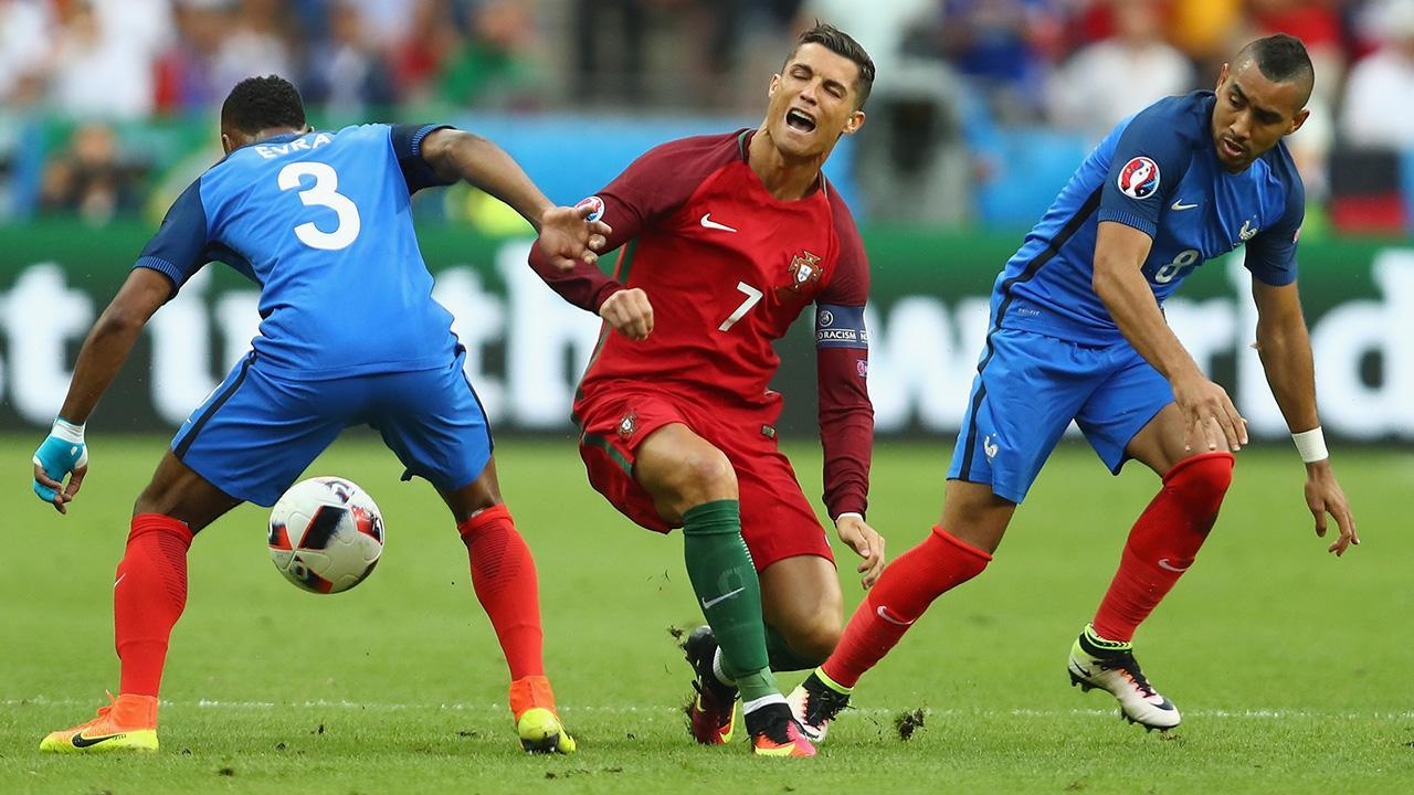 Cristiano Ronaldo knocked out of Euro 2016 final with knee injury