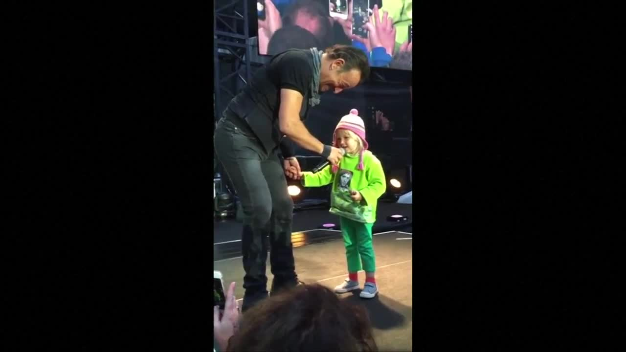Bruce Springsteen Up-Staged by 4-Year-Old Girl
