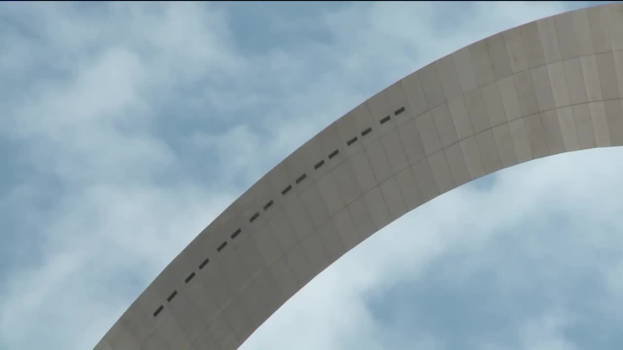 Man Captures Mysterious Lights Appearing Over St. Louis Arch