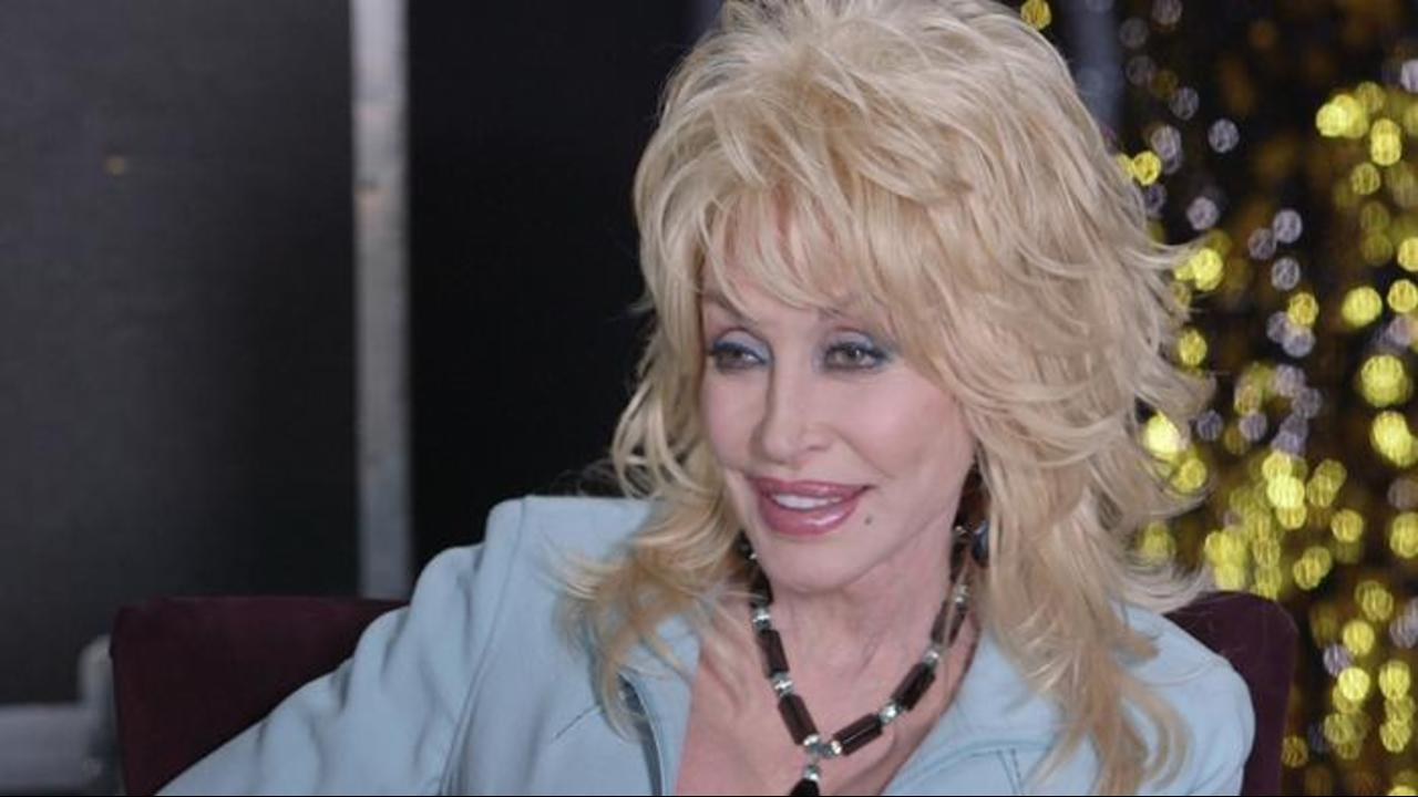 Dolly parton back at no 1 on top country albums after 25 years aol entertainment