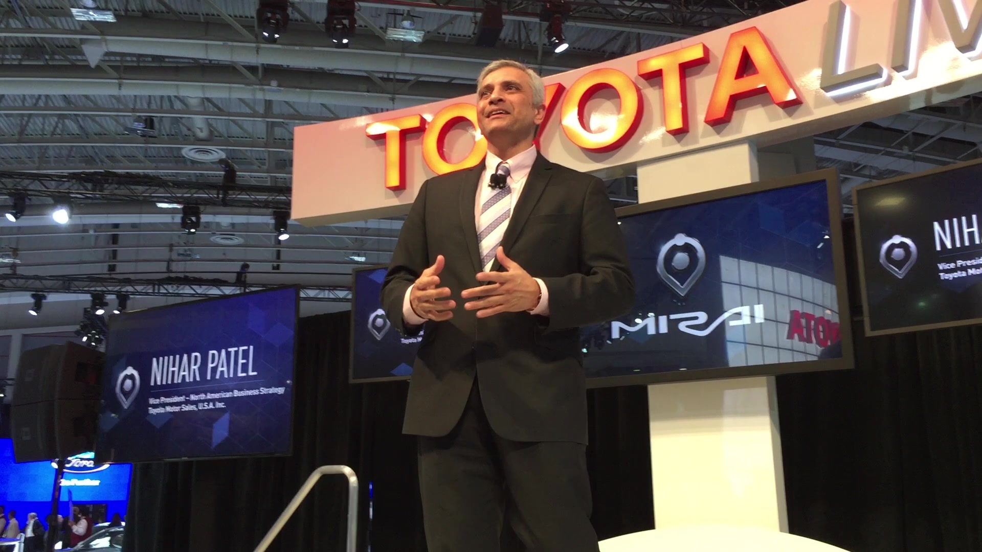 Toyota Calls for Federal Help to Sell Fuel Cells | 2015 DC Auto Show