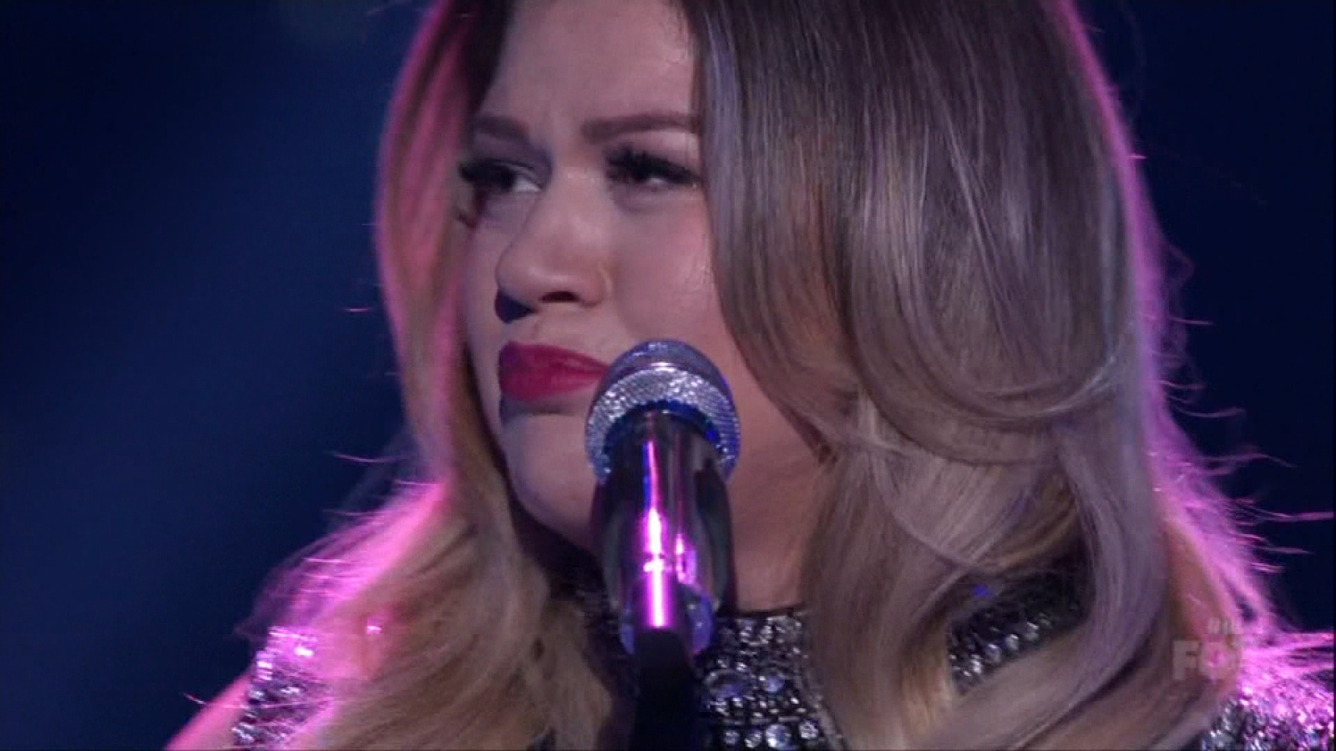 Kelly Clarkson Chokes Up During 'Idol' Performance
