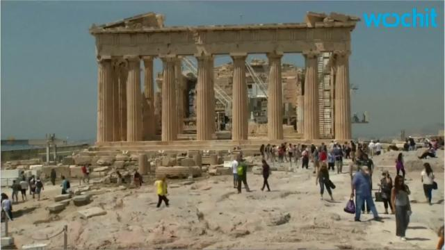 Stranded migrants get tour of Acropolis
