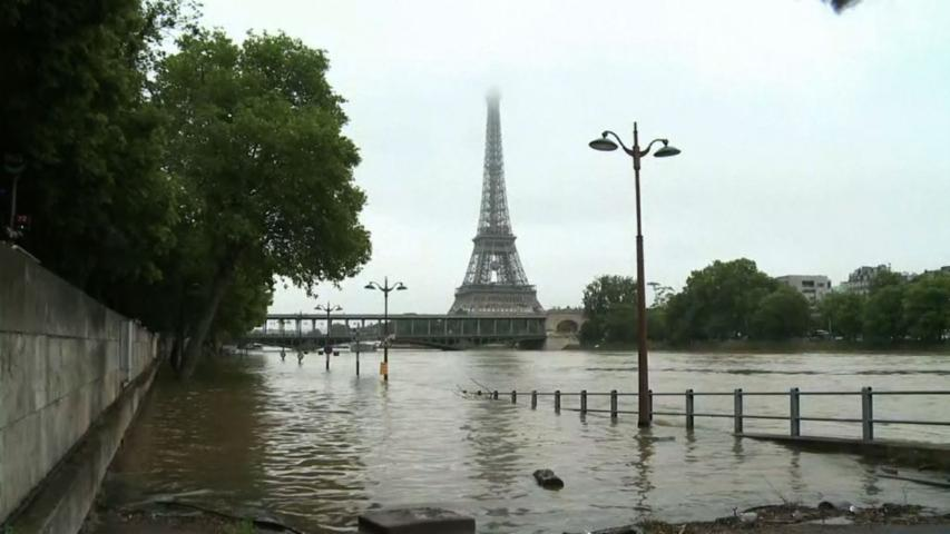 Raw: Louvre Scrambles to Protect Art from Floods