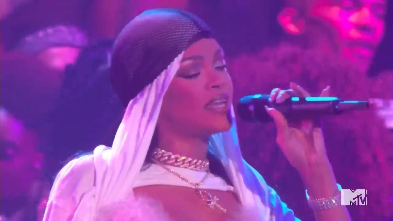 "VMAs 2016: Watch Rihanna Perform ""Work"""