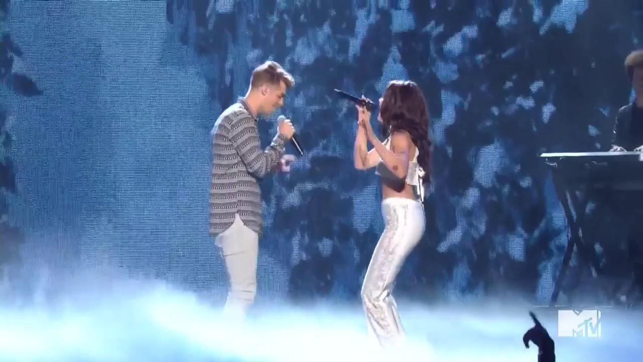 "VMAs 2016: Watch The Chainsmokers Perform ""Closer"" with Halsey"